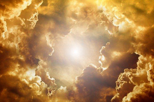 Sonne die durch die Wolken scheint als Methapher für dein Selbstwertgefühl